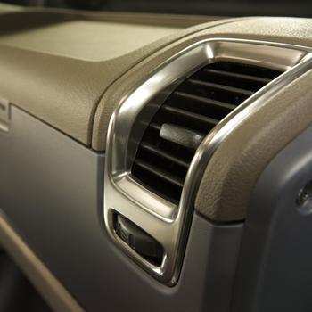 手动空调拨动控制板上的功能键对温度,风速,风向进行控制.