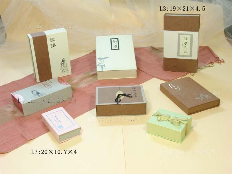 廠家生產訂做,可按客戶要求定做。   材料:紙製品   工藝:絲印/燙金   本公司是一家集開發設計、生產製造、銷售服務於一體的現代化企業,主要從事禮品包裝、木製工藝品製作,生產各種食品類和文具類禮品盒、首飾盒以及其他實用工藝製品,如筆筒、名片盒、相冊等等。公司採用傳統工藝如燙金、絲印、雕刻、貼皮等技術,採用高密度板材、天然材料生產製造,外觀高雅,工藝精湛,經濟環保,是廣大客戶的良選。