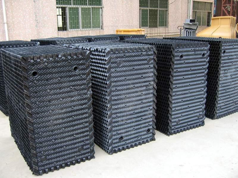S波方形冷卻塔填料   一、性能優點:該填料結構設計新穎,親水面積大,冷卻效果好,阻燃性能好。二、規格:外形尺寸:1000×500mm   片距:35mm   片厚:0.35-0.5mm   三、適應溫度:65~—35   四、適用範圍:方形逆流式冷卻塔、雙曲線冷卻塔。      斜交錯圓形冷卻塔填料   一、產品特點:該填料具有技術先進、設計合理、資料可靠、經久耐用、通過試驗和生產運行表明冷卻效果好、通風阻力小、親水性能強、接觸面積大、成膜好、易於填料的熱傳導、化學穩定性好