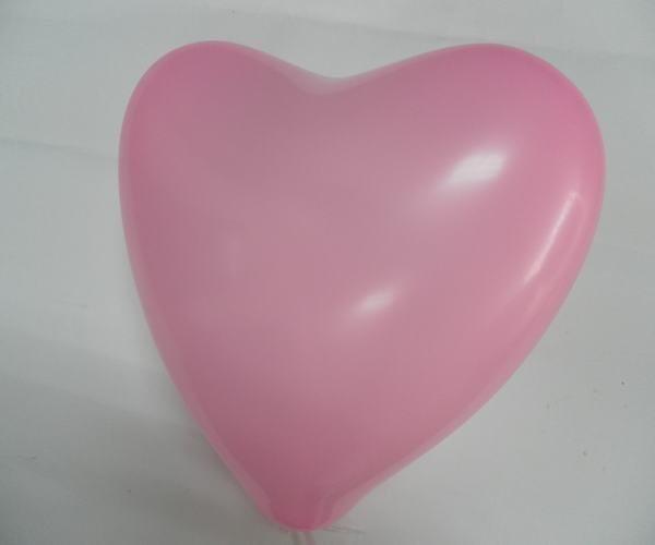 此心形氣球,有多重顏色可供選擇。吹起的氣球飽滿且心形形狀十足。   〖包裝〗:100只/包   〖顏色〗:紅色、混色(混色包括紅色,黃色,粉色、紫色、藍色,綠色,橙色)七種顏色混合。   〖用途〗:可用於扎拱門,佈置婚禮。婚慶佈置開業等喜慶現場用   〖重量〗:每包重約200克   顧客可自制 自製logo,可根據要求製作。   〖規格〗:沒吹之前長度大約爲8cm-10cm左右   吹起來長度大約爲22-26cm左右心形寬度大約爲18-20cm左右   如此可愛的心型氣球,在你溫馨浪漫的時刻。定能奪人