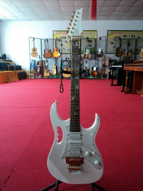 初学者买什么样的电吉他比较好芬达、易班纳还