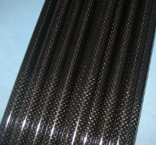 本廠專業生產各種碳纖維管、碳纖維輥軸。形狀有:圓管、方管、大口徑管、異型管等。本廠可以根據客戶的要求定做各種尺寸、形狀的碳纖維製品,我們具有自主研發新產品的能力和先進的生產設備。 產品功能與特性: 1、強度高,抗拉強度是普通鋼材的10倍,彈性模量優於鋼材,良好的抗變形性能,耐腐蝕性和抗震性。 2、重量輕,重量僅爲鋼材的1/4。 3、良好的耐久性和耐腐蝕性,耐酸、鹼、鹽及大氣環境的腐蝕。 特點及用途: 碳纖維管具有強度高、壽命長、耐腐蝕、重量輕等優點。廣泛應用於風箏、航空模型飛機、各種支架、設備轉軸、自動化