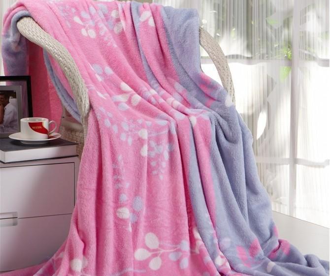 特點:柔軟舒適,它水洗不褪色,不掉毛,不起球,裹在身上或鋪在牀上如羣羊擁護般暖和。對皮膚無任何刺激。      邊處理:折邊,鎖邊,密拷等      印花:可根據客人的設計,也可選用現成花型。      紅鋼琴家紡      是一家專業生產雙面絨、珊瑚絨、舒棉絨、剪毛絨、毛毯、絨毯、地毯、禮拜毯等產品加工的家紡廠,總部設在浙江省,紹興市,柯橋,紅鋼琴家紡擁有完整、科學的質量管理體系。我們的理念是誠信、共贏,實力和產品質量獲得業界的認可。歡迎各界朋友蒞臨參觀、指導和業務洽談。      我們真誠地願意和