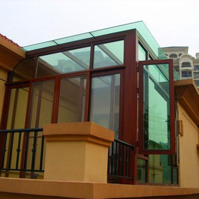 板或者钢化玻璃的横梁,纵梁,组合成一个网状结构,这样的阳光房材料,就
