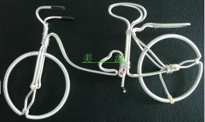 这款装饰自行车采用铝合金丝手工制作.