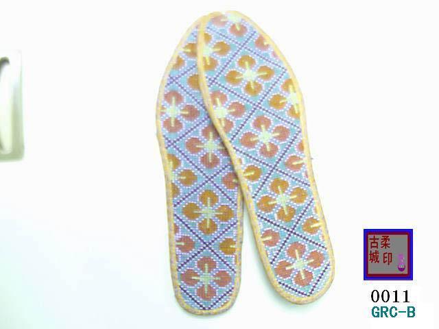 繡花鞋墊:規格有36碼-42碼 1、按材料分爲,纖維材料,棉布材料,帛材料,等等。 2、按圖案內容分爲:植物類、動物類、文字類、幾何圖案類。 3、按針法分爲:十字鏽法,針插法、等等。 4、這雙鞋墊系採用農家自產上等棉布(可選材料,纖維,帛,絲綢)及綵線用手工一針一線納制而成。這種工作十分繁瑣,一雙鞋墊的納制要用時4-5天,來回用針上萬次之多。整雙鞋墊色澤明亮,手感挺括、舒適、耐穿,具有濃郁的傳統手工特色和藝術美感。如此精美的手工鞋墊,既實用,又可用來收藏。同時,也是饋贈親朋的佳品。 5、可以根據用戶的需求