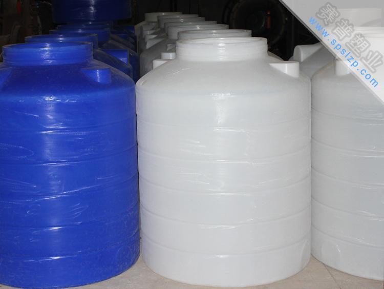 塑料水桶 塑料水塔 1噸塑料水箱特性以純線性低密度改性聚乙烯(LLDPE)爲原料,採用獨特的滾塑 工藝整體成型。具有無焊接、不滲漏、無毒性、重量輕、抗老化 、抗衝擊、耐腐蝕、壽命長等優點。能儲運絕大多數無機酸、鹼 、鹽類溶液和部分有機溶劑,其抗腐蝕性強於玻璃鋼數倍,能部 分替代不鏽鋼鈦、鎳、高級合金鋼等材料,產品符合危險品儲運 條例,是安全、高效的耐腐蝕設備。本產品符合國家衛生標準, 可替代不鏽鋼容器裝運食品級溶液。全塑聚乙烯立式儲罐還具有安裝方便,佔地面積小,環狀加強筋 提高剛性強度等特點,可適用於各種