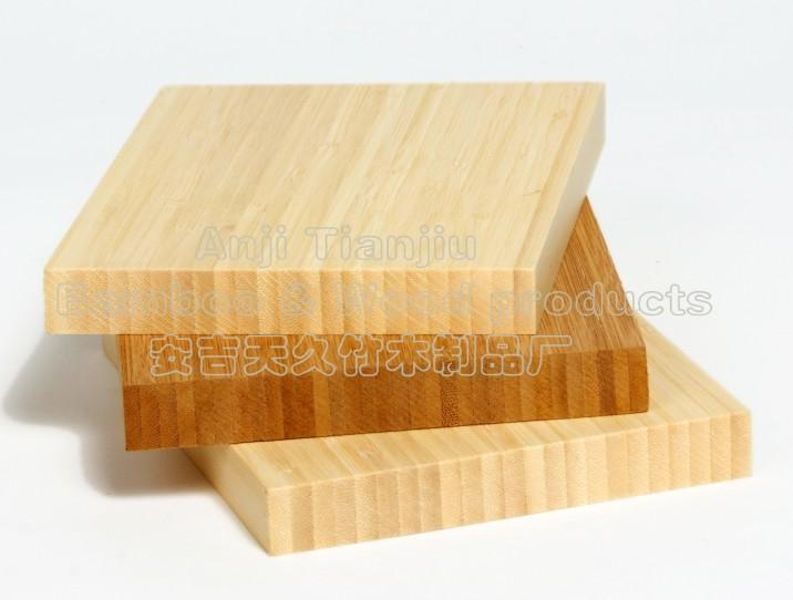 竹地板是一種新型建築裝飾材料,它以天然優質竹子爲原料,經過二十幾道工序,脫去竹子原漿汁,經高溫高壓拼壓,再經過3層油漆,最後紅外線烘乾而成。竹地板以其天然賦予的優勢和成型之後的諸多優良性能給建材市場帶來一股綠色清新之風。竹地板有竹子的天然紋理,清新文雅,給人一種迴歸自然、高雅脫俗的感覺。它具有很多特點,首先竹地板以竹代木,具有木材的原有特色,而且竹在加工過程中,採用符合國家標準的優質膠種,可避免甲醛等物質對人體的危害,還有竹地板利用先進的設備和技術,通過對原竹進行26道工序的加工,兼具有原木地板的自然