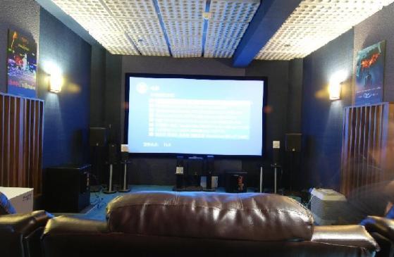 家庭影院是指在家中能够享受到与电影院相同或相近的清晰而绚丽多彩的