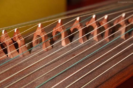介绍古筝是古老的民族乐器,结构由面板,雁柱,琴弦,前岳山,弦钉,调音盒图片