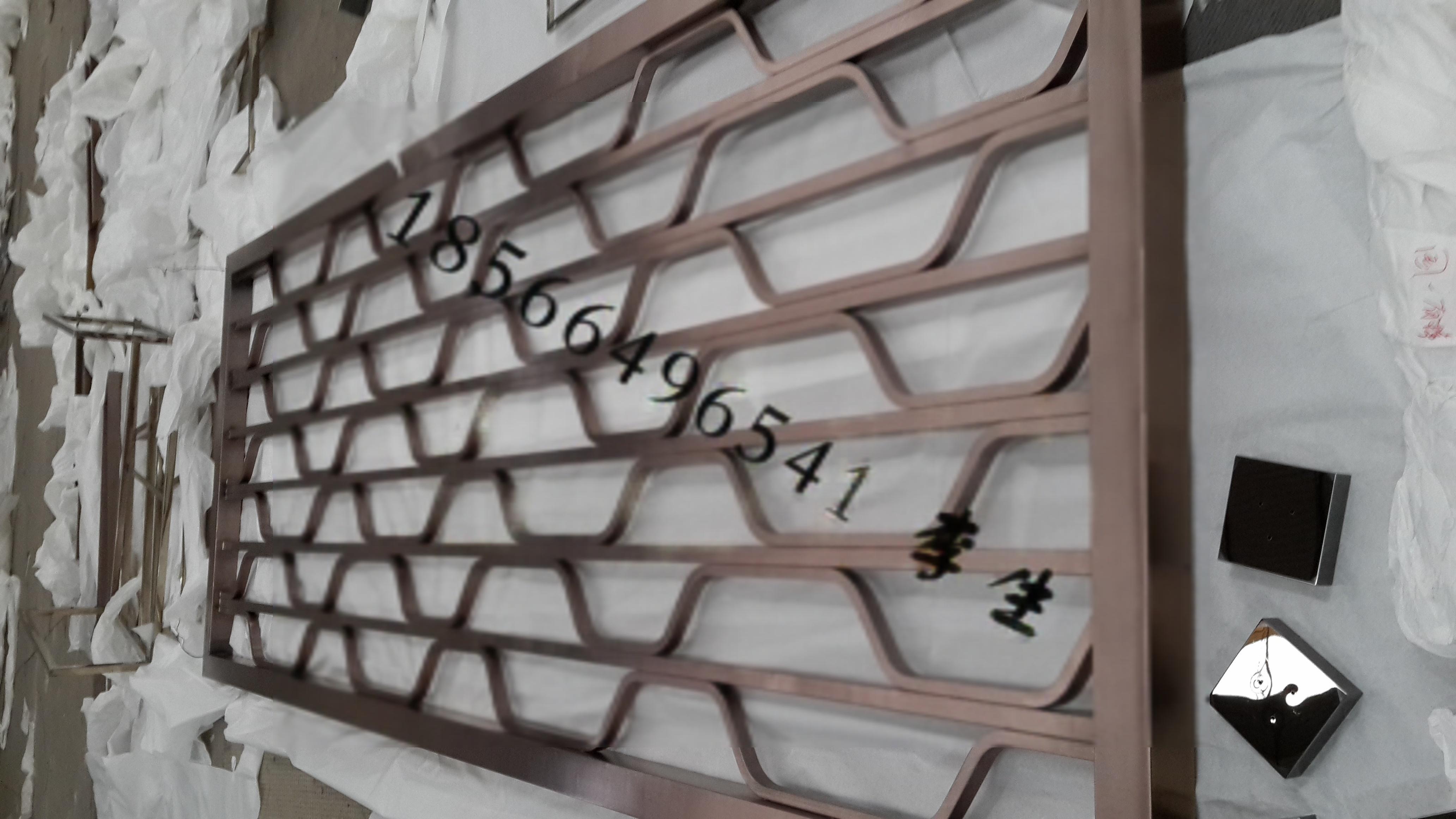 不鏽鋼花格可以單獨製作,也可以連通整個產品以其製作,如屏風,隔斷,欄杆,窗戶,門套,拱門,裝飾擺件,燈罩等。金屬本身獨有的光澤,加上鍍以紅古銅,青古銅,玫瑰金,黑鈦,寶藍,鬆綠等各種絢麗的色彩,呈現出五彩繽紛的裝飾效果。不鏽鋼屏風生產廠家定做,可來圖來樣設計加工生產不鏽鋼屏風。佛山市壹嘉壹不鏽鋼有限公司是佛山市最早的一家專業生產不鏽鋼屏風的生產廠家,主要產品有不鏽鋼酒櫃,不鏽鋼酒架,不鏽鋼玻璃大門,不鏽鋼門套,不鏽鋼茶几,不鏽鋼信報箱等不鏽鋼製品,另外承接各類不鏽鋼製品工程,酒店不鏽鋼裝飾工程。不鏽鋼玫瑰