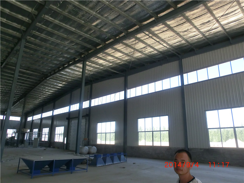 圖中的這款產品爲一款鋼結構的倉庫,用於各種產品的倉儲。此廠房長88米、寬40米、檐口高8.8米、脊高10.5米。主體框架採用Q345的鋼板焊接而成,無論是鋼柱還是鋼樑均是工廠內預製的H型鋼,H型鋼是一種截面面積分配更加優化、強重比更加合理的經濟斷面高效型材,在各個方向上都具有抗彎能力強、施工簡單、節約成本和結構重量輕等優點,已被廣泛應用。 鋼結構工程主要包括生產和安裝兩個步驟,鋼結構主要框架用鋼以及牆板等均預先在工廠內預製完成,現場安裝時僅需要按照安裝圖紙將鋼柱、鋼樑等用吊車吊至相應的位置,然後用螺栓組合