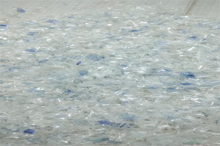 pet蓝白料:来源於各大水厂直接报废矿泉水瓶,纯白透明乾净无杂质图片