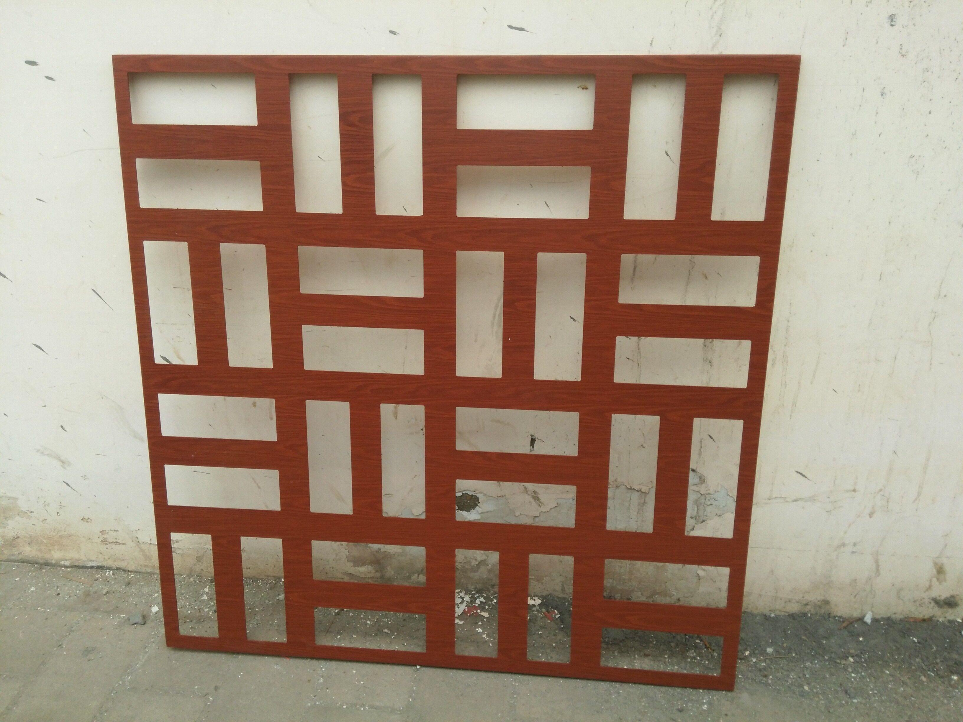 雕花鋁單板是以高級合金鋁板、鋼板、鐵板及其他合金爲主要材料,按工程現場設計的尺寸、形狀和構造形式經過電腦控制雕刻機或鐳射雕刻機精密雕刻、數控折彎等技術成型,確保板材在加工後能平整不變形,並在其表面氟碳噴塗的基礎上製作間距比例大小一致網格的一種高檔金屬裝飾材料。常規金屬雕刻機的雕刻刀最小爲8mm,故在設計圖案時圖案間隙最小一般不得小於10mm,對於間隙小於8mm或雕刻要求極高的雕花板,那就要使用鐳射雕刻了。用於隔斷或幕牆造型的雕花板一般使用2.