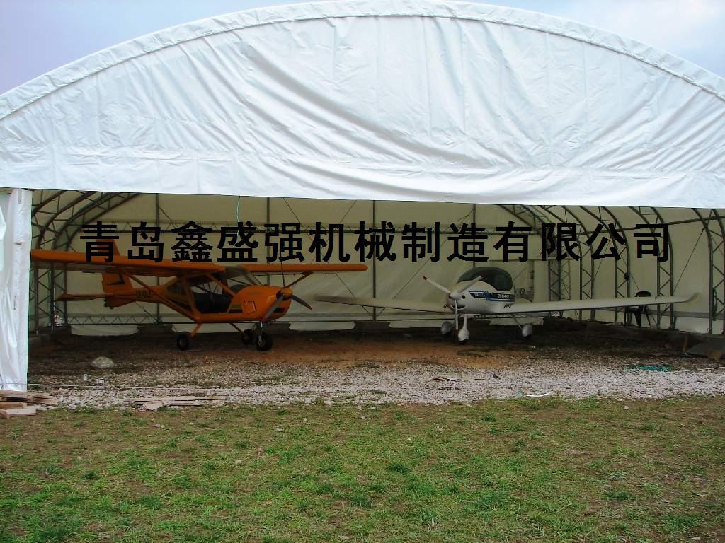型號: TSU-4530/4536 品名:飛機棚/倉庫/帳篷 尺寸:L9.15/11xW14xH4.8m 結構:高質量高強度雙排管結構支架,火鍍不生鏽,使用壽命長 篷布:PVC篷布,防火阻燃,防紫外線功能極佳,100%防水,強度高,符合德國DIN標準,使用壽命15年左右 門子:前柵一個滑動門,操作簡單。 特點:專爲倉儲設計,結構牢固,安裝方便,可用作飛機棚,倉庫,車間,大型停車場,產品倉儲或者原材料等倉儲。棚子面積大,結實耐用,在歐洲美洲很受歡迎。 也可根據客戶需要定製!