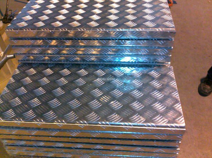 【花紋鋁板-車廂防滑專用鋁板-五條筋鋁花紋板】濟南衆嶽鋁業有限公司生產的花紋鋁板卷種類有:五條筋花紋鋁板、指針型花紋鋁板、菱形花紋鋁板、半球型花紋鋁板、波浪形(條形)花紋鋁板等型號種類齊全,歡迎您來指導選購花紋鋁板的合金有:1060、3003、3004、5052等3003、5052大、小五條筋花紋鋁板商品資訊五條筋花紋鋁板的特點:因其花紋形似柳葉,又叫柳葉形花紋板,花紋表面有五條凹凸花紋按相對平行排列,而每款花紋與其花紋之間呈現60-80度夾角,所以這款鋁板是一款很好的防滑鋁板,價格相對來說,比較便宜,所