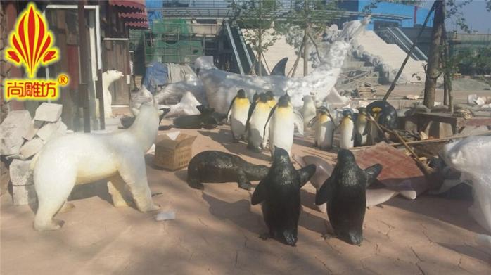 基本介紹 雕塑名稱:企鵝浪花模擬雕塑 尺寸規格:可自定義不同尺寸 產品性能:玻璃鋼材質產品,小心擺放 訂購貨期:一般兩個星期可以完成 使用建議:海洋主題公園 企鵝是南極的主人。它們有流線型的軀體,站在那裏,活像身穿白襯衣、黑燕尾服的紳士,所以又有南極紳士之稱。企鵝的前肢已經退化成游泳的鰭狀肢,而且上面的羽毛幾乎是魚鱗狀的。 爲適應長期的海中生活,企鵝的皮膚下有厚厚的脂肪保護層。同時,皮下脂肪也能抵禦嚴寒。 定製最好的人物雕塑,就來最好的廣州玻璃鋼雕塑廠尚雕坊工藝品廠,我廠致力於玻璃鋼人物雕塑製作,景觀人