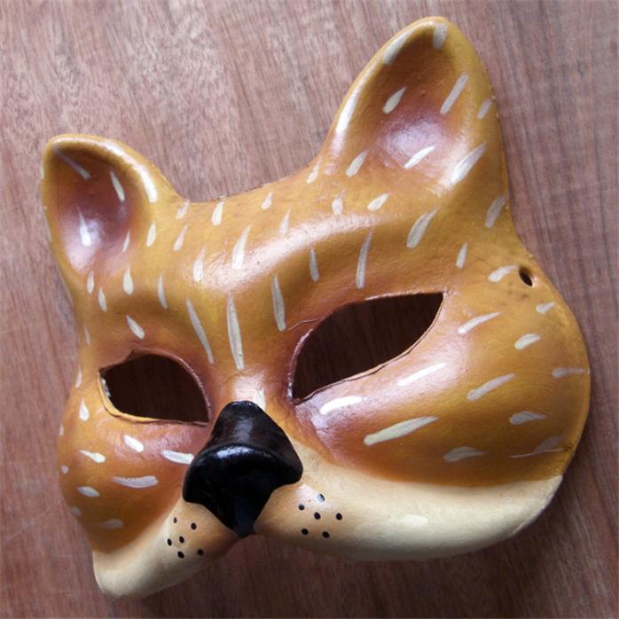 在中世纪,人们穿上动物造型的服饰,戴上可怕的面具是想在万圣节前夜驱