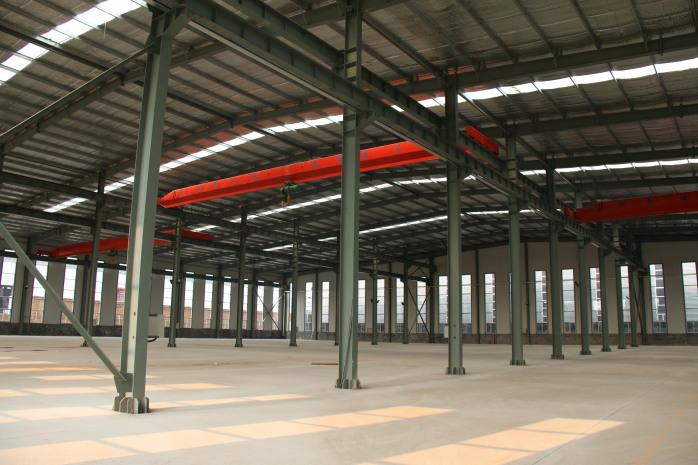 圖片中這寬鋼結構建築長80米,寬60米,高8米,外形美觀,空間開闊,這個鋼結構建築作爲生產車間使用,這款車間的跨度爲60米,立柱採用的是H組建而成的,具有承重高的特點,屋頂採用的是變截面的H型鋼樑搭接而成的三角形的結構,使整體框架受力均勻,框架安全穩固,獨特的條形窗設計,促進車間內部的採光。 圖片中的鋼結構車間是作爲閥門生產車間使用,框架之間使用高強螺栓和普通螺栓進行栓接,強度高,施工時只需簡單的工具,一般會使用吊裝輔助施工,節省人力及時間。對於鋼結構建築的安裝,我公司可提供免費的技術指導。