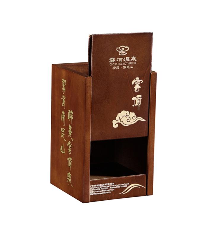 此款雲霧茶葉盒採用上乘的白楊木加工製作白身,長方形,直邊直角結構,看此茶葉包裝盒圖片可知,該茶盒可用側開方式,蓋面鐳射雕刻宣傳logo。結合了綠色純天然的健康飲食之道,茶盒噴無味無毒油漆,淺咖啡色效果。茶盒內有一個卡茶罐槽,方便放置及包裝產品。有機雲霧茶葉包裝盒的包裝方式爲每個酒盒入膠帶,再入牛皮紙盒,並配放防潮珠。茶葉木製包裝盒定製首選東莞市智合木業有限公司,中國最具競爭力的頂級木製包裝盒製造商聯繫人:閉肖婧聯/業務主管 公司主要生產保健品木製包裝盒、化妝品木製包裝盒、珠寶首飾包裝盒、翡翠玉器包裝盒、茶